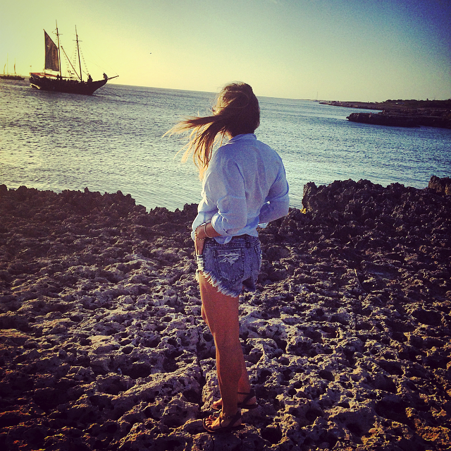 looking at the sunset with a boat on aruba beaches
