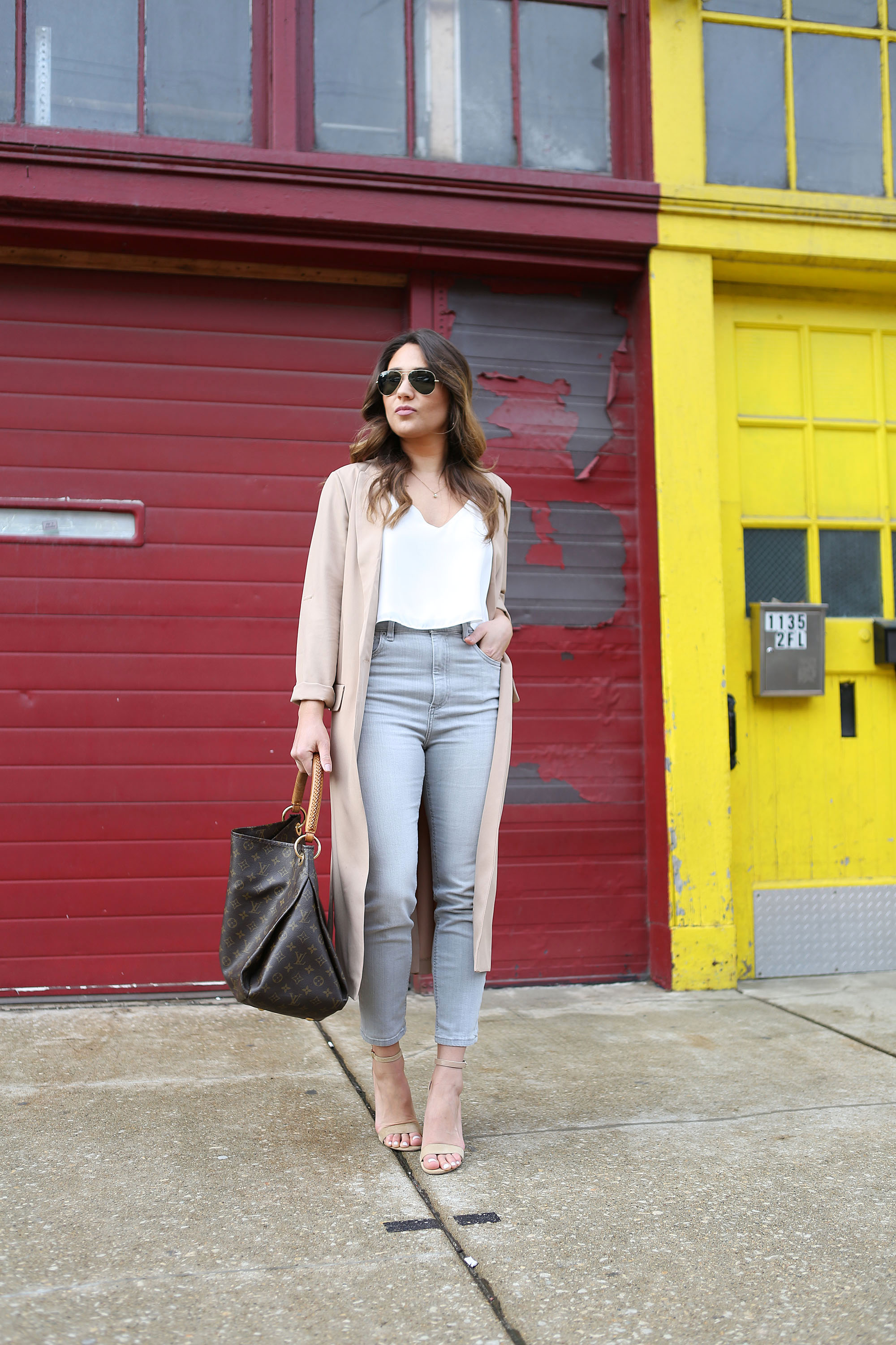 nude-trench-high-waisted-jeans-rayban-avaiators