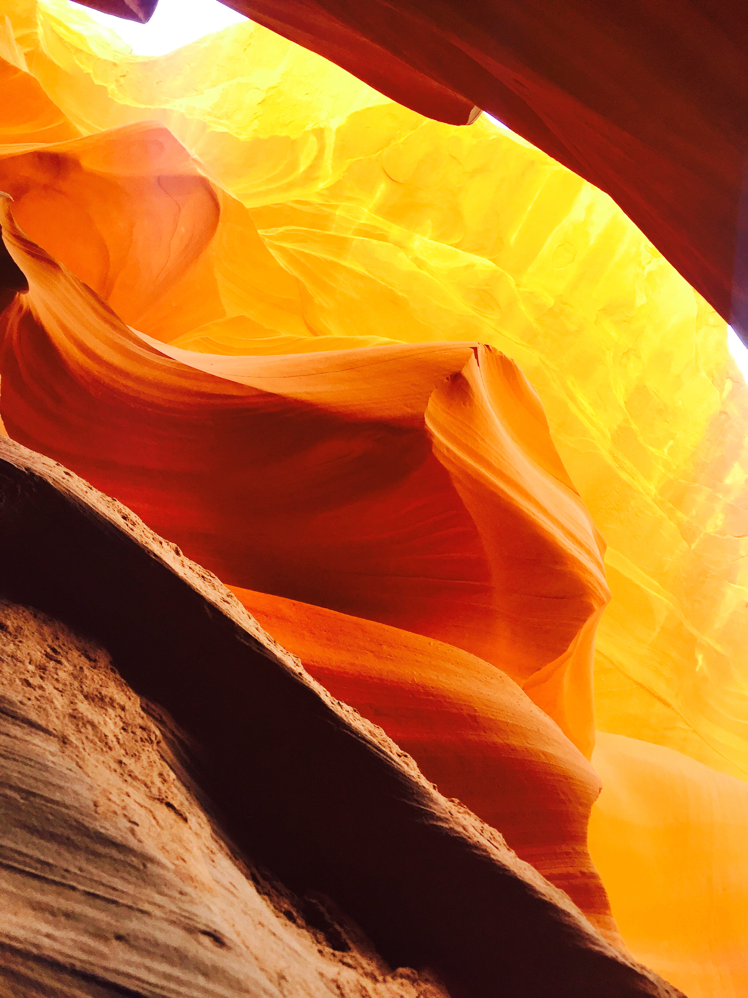 golden-rays-against-antelope-canyon