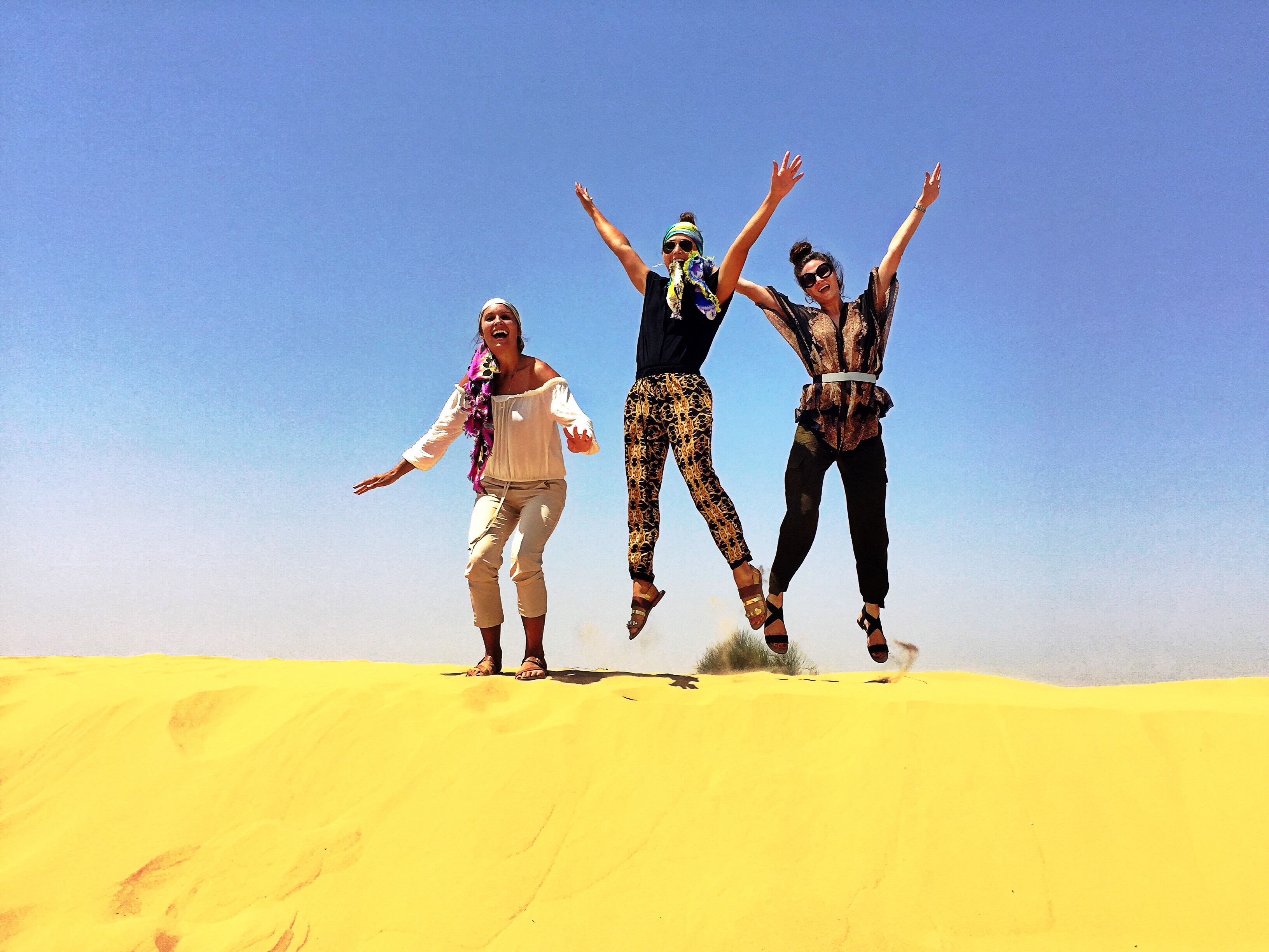 jumping-in-the-sand-dunes-dubai