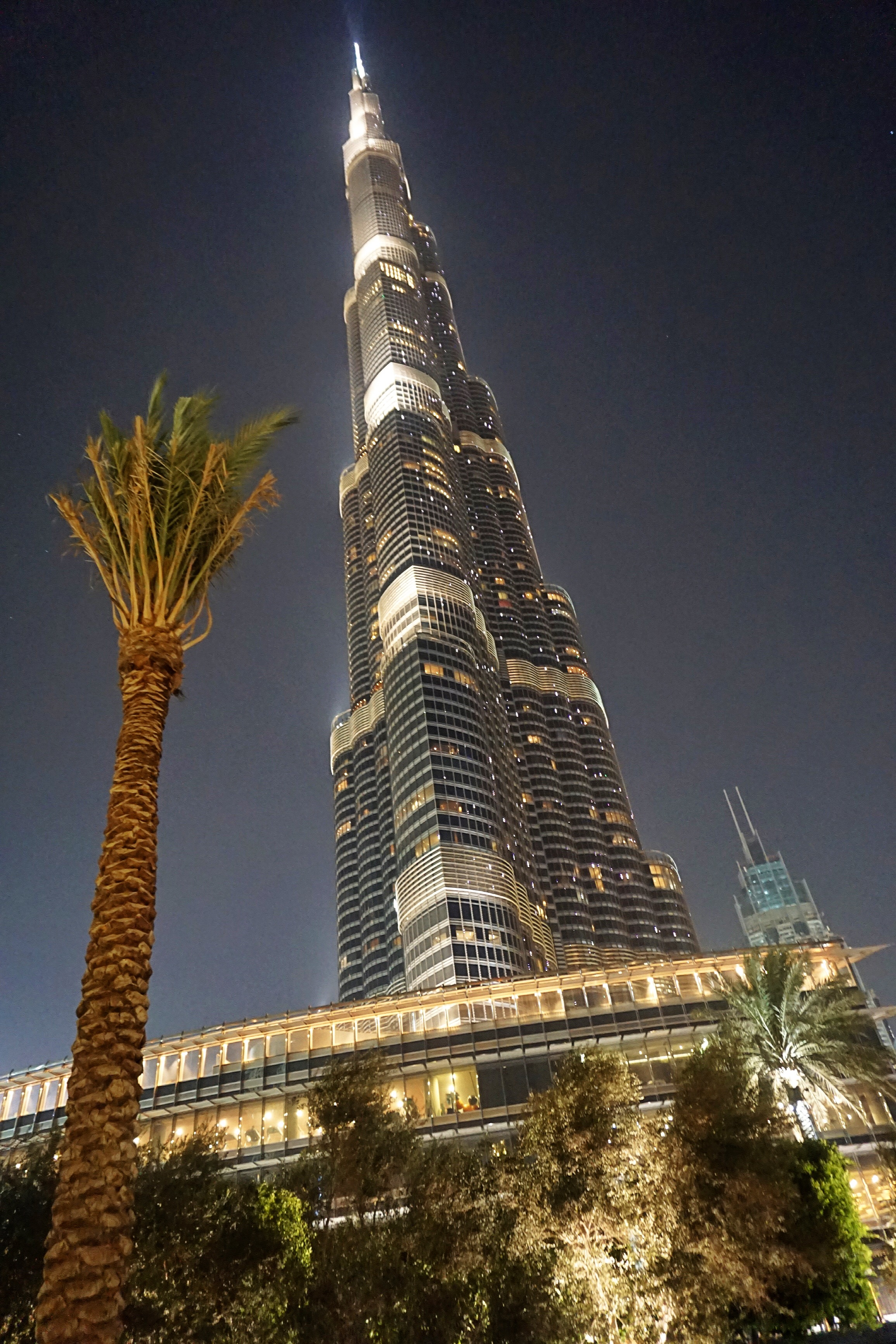 burj-khalifa-at-night-lit-up