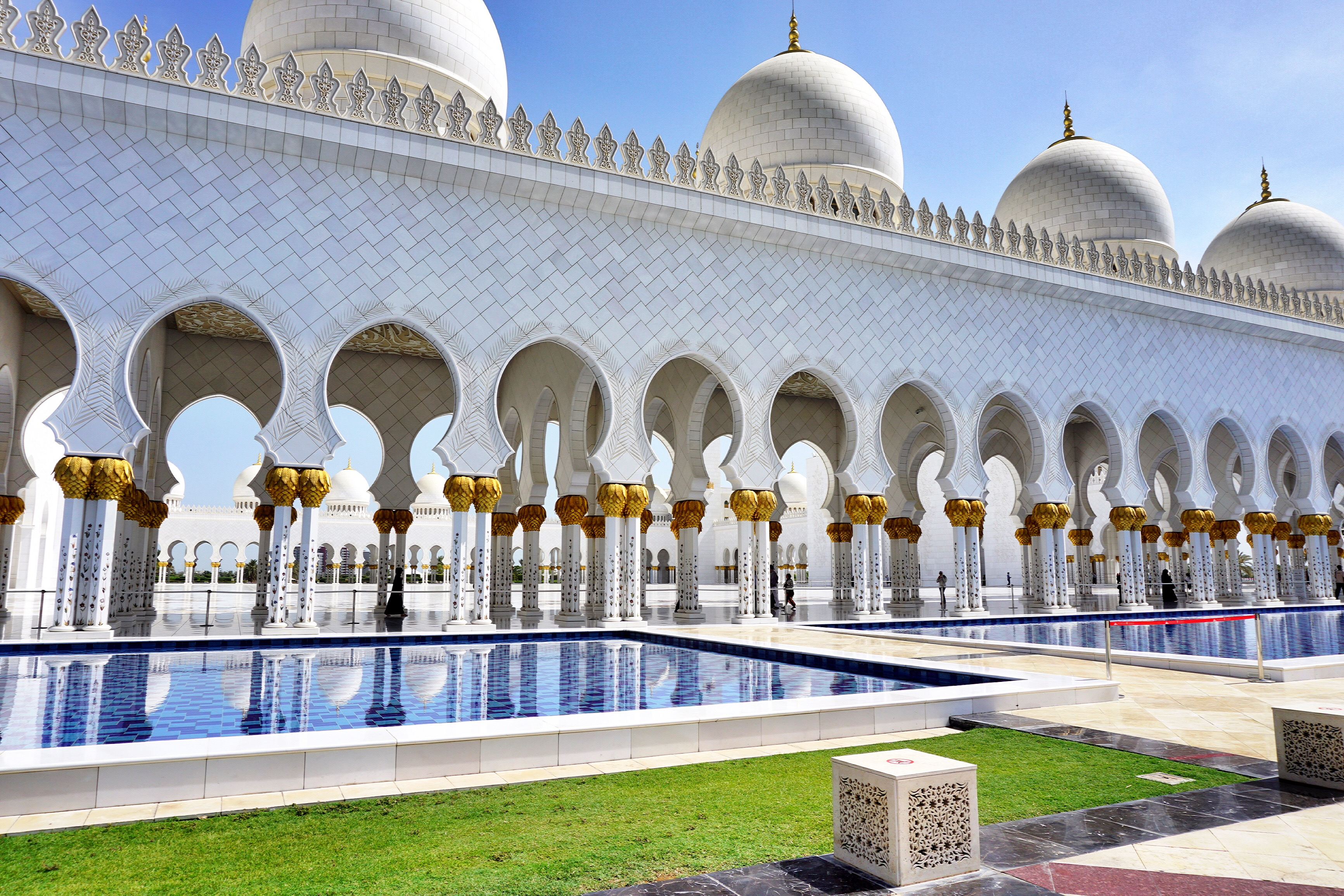 outside-abu-dhabi-mosque
