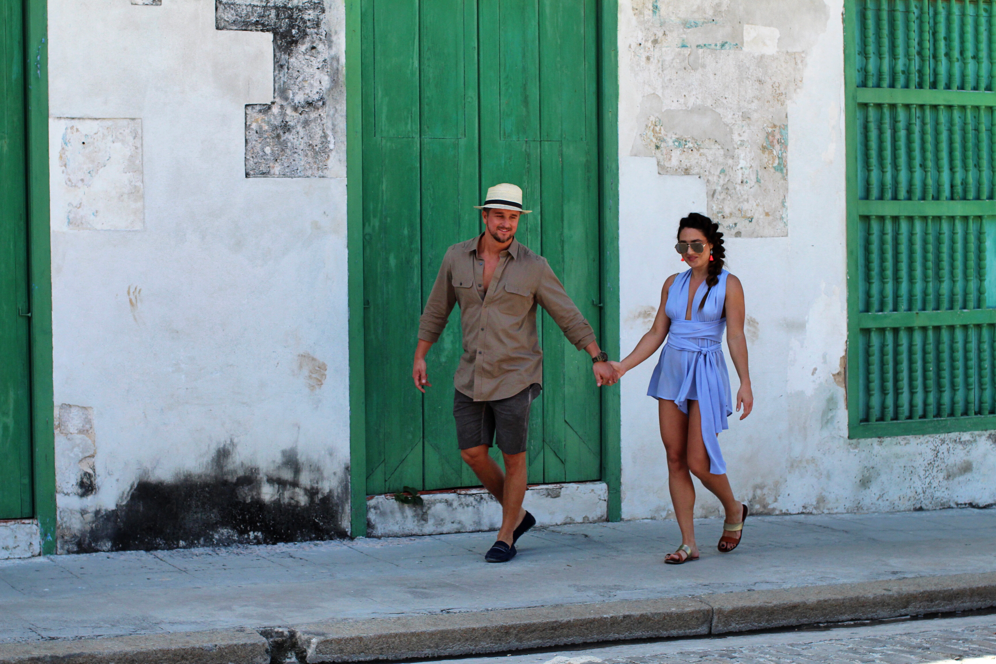 holding-hands-in-cuba