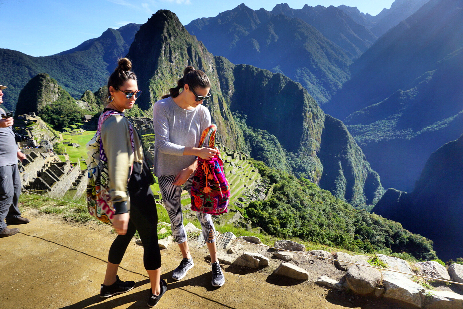 sisters-girls-friends-in-machu-picchu