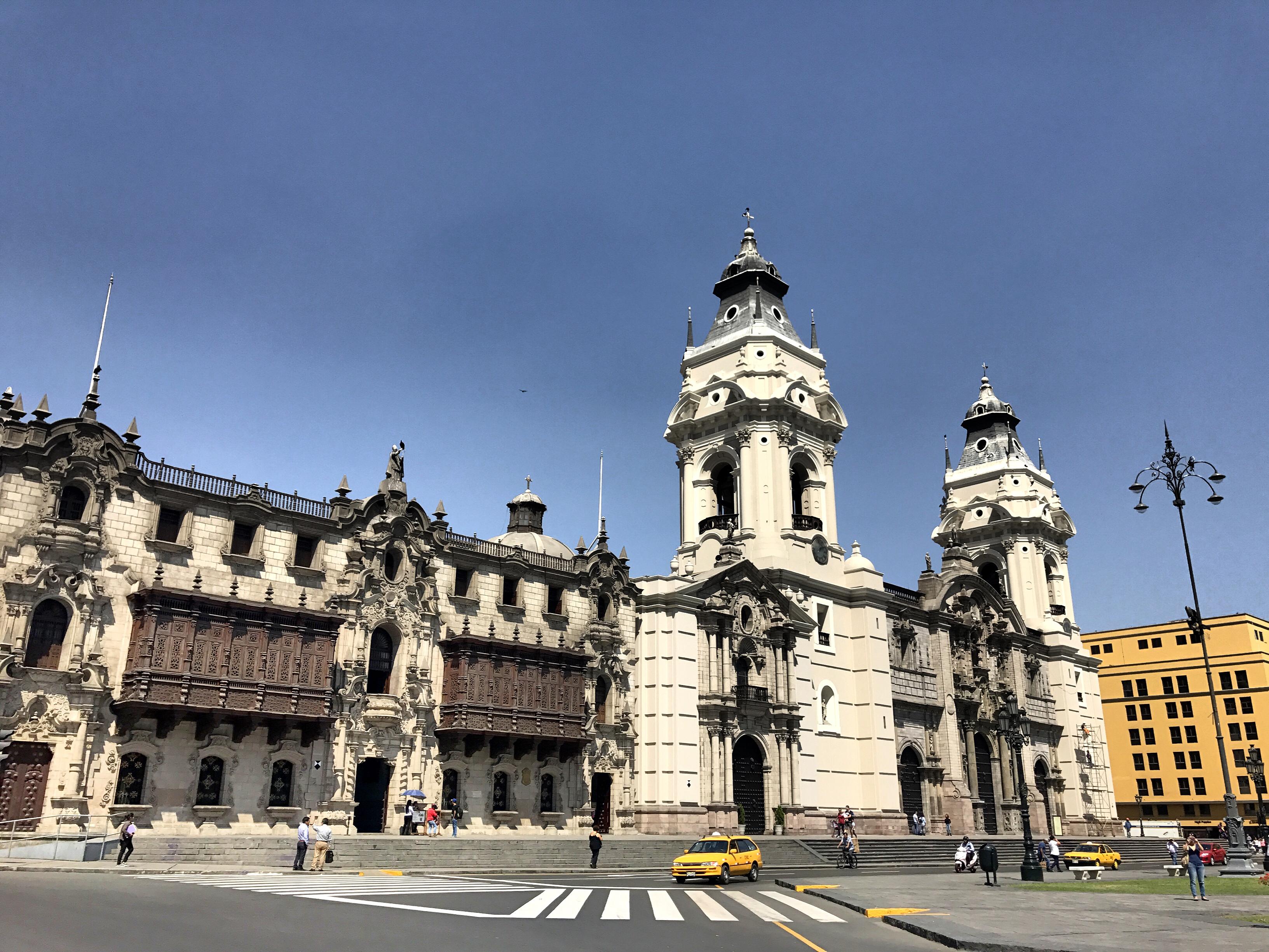 town-square-capitol-building-lima-peru